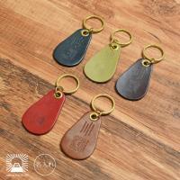 栃木レザーと真鍮で仕上げたシンプルでお洒落な靴ベラ。 キーリングやキーケースにつけることができます。