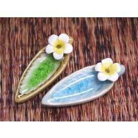 フランジパニの形をした陶器製のお香たてです。 葉の部分でコーンをフランジパニの部分にスティックを挿し...