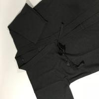 珍しい黒剣道着と黒袴の上下セットです。 柔らかくて軽い織刺ジャージ剣道着と表裏ともヒダ縫製加工の本格...