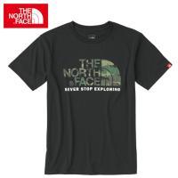 モノトーンのボディ色に、カモフラージュ柄のロゴグラフィックを施したTシャツ。左袖のピスネームが単体着...
