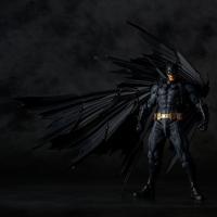 ・原型制作者、山口勝久の手により漆黒のマントを身に纏い悪を裁く、バットマンの威風堂々たる姿を見事に立...