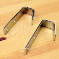 フックと壁付けフック受けの組み合わせで、はしごのズレを防止します。 ビス止めは各2箇所で、はしご本体...