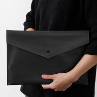 山梨の和紙メーカー大直が開発した特殊な素材「ナオロン/TPU」を使ったドキュメントケース。iPadも...