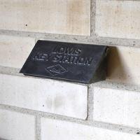 扉や壁に取り付ける重厚なキャストアイアイン製のキーボックス。木製の壁面にはネジで、設置が難しいスチー...