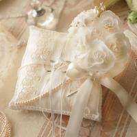 清楚で上品な、ベール付きのリングピローです。 上品なデザインは、ウェディングドレスを身にまとった花嫁...