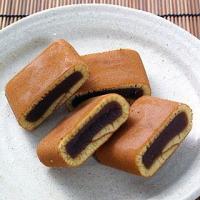 七百年の歴史が息づく町、石見の国・津和野伝統の和菓子。自家製のこしあんをカステラ状生地で巻いた逸品で...
