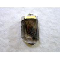 地球上の自然を閉じ込めたかのような石。水晶の中に、緑泥石(クローライト)やパイライトなどの鉱物がイン...