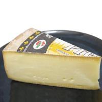 ラクレットはスイスのチーズで、スイス料理「ラクレット」に使われるチーズです。  チーズの切り口を温め...