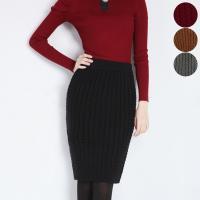 【スタイリング】 立体感のあるケーブル編みのタイトスカートはコーデのポイントになるのでシンプルなトッ...