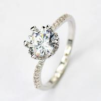 きらきらと星のように輝く愛らしいリング。 フェミニンな魅力を感じさせる光沢が、手元に優しい雰囲気をプ...