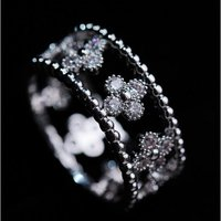 流行りのアンティーク調のクラシカルなリングの中央には、花柄クリスタルがキラリと光ります☆ 精巧なデザ...