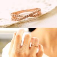 美しい2連に重なる繊細なデザインで、指先をほっそりと美しく見せるリング。 肌の色に優しく溶け込む光沢...