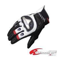 拳にチタニウムプロテクターを装備した保護性能と操作性に優れるグローブ。掌と指にストレッチ生地を使用し...