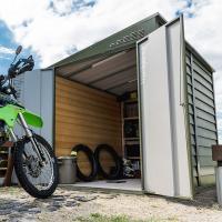大型バイクを収納できるドアは両開きで、幅1395ミリ。