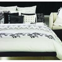 力強いタッチの花模様が印象的なベッドカバーです。くっきりと描かれた花と、影のように淡いトーンで優しく...