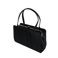口金式で口が大きく開いて、機能的。 大きめのブラックフォーマルバッグで、普段使いのお財布や化粧ポーチ...