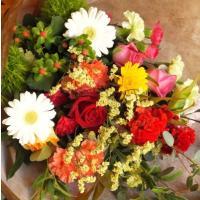 これはLサイズです。  季節の新鮮なお花で作る、花材おまかせの花束です。 カラーは5色。 それぞれの...