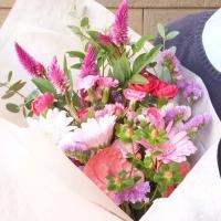 これはMサイズです。  季節の新鮮なお花で作る、花材おまかせの花束です。 カラーは5色。 それぞれの...