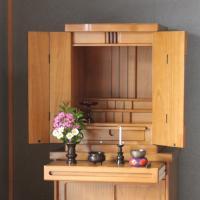 チェストの上などに設置しても違和感のない、モダンな小型仏壇です。  ■本体サイズ 幅42×奥行35....