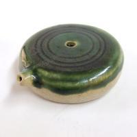 平らのユニークさ、織部の緑の鮮やかな深さが  きわだつ美濃焼の水差。  あまり高さがない硯箱にも十分...