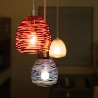 「たまゆら」はノスタルジーが漂う1灯ペンダントライト。赤、青、クリアの3色のガラスに、手作業で繊細な...