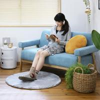 座面と背もたれだけでなく、肘置き部分も布素材で作られたソファー「ココン」。 ココンとは、フランス語で...