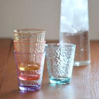 ・かわいい色付きガラスのような質感のゆるやかな表面が特徴的。 ・プラスチックなので割れにくいから洗い...