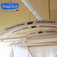 お洋服をハンガーにかけて収納するおすすめの木製ハンガー。以前はヨーロッパで実際に使われていたそうで、...