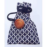 白地に濃紺松皮菱の巾着です。厚手の綿生地(11号帆布)を使用し、味わいのある木製の根付つきで、帯や腰...