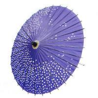 紫地に舞い散る桜花弁を描いた柄紙傘です。ご覧のように、素朴な手作り感があります。持ち手や骨組み、ろく...