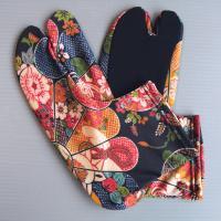 甲・足首が古典調の花鳥風月柄、底が黒無地の布を使い、つま先(親指と人差し指の間)が割れた形状になって...
