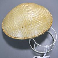 竹を薄く裂いて網代に編み上げた托鉢笠と頭台のセットです。お椀を伏せたような形状で、托鉢僧の笠として知...