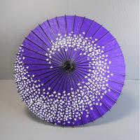 日舞や歌舞伎などで使われる紙舞傘です。吹き寄せる桜の花びらをイメージしました。舞傘の柄は、収納性の良...