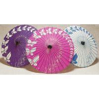 日舞や歌舞伎などで使われる紙舞傘です。蝶の舞う目を引く柄行は、躍動感のある踊りにピッタリです。舞傘の...