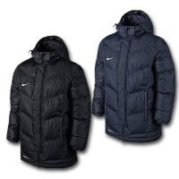 断熱性に優れたナイキTEAMウィンタージャケットは、暖かく快適な着心地をキープしながら、可動域を確保...
