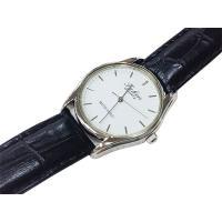 シンプルなフェイスで飽きのこないスタンダードな腕時計です。  バンドはレザー製ですので、使い続けると...