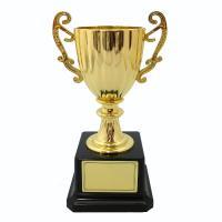 〇金色のカップ型トロフィー。  軽量でお子様でも持ちやすく イベントで使いやすいシンプルなデザイン。...