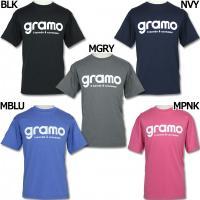 イタリア語の「感謝」と「世界」を意味するグラモ、半袖プラクティスTシャツ。 プラシャツ素材を使用した...