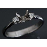 綺麗なダイヤモンドが両サイドにセットされたシンプルなデザイン。 この枠にはラウンドφ5.7ミリ(誤差...