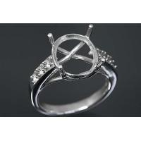 アームの両サイドに3石ずつダイヤモンドがセットされたデザイン。  この枠にはオーバル型の12ミリ×1...