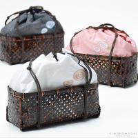 柔らかい色と風合いが涼しげな布巾着×カゴの手提げバッグ。巾着部分には、うずまき模様のお花模様と刺繍入...