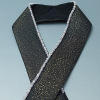 ☆霰地文入り黒色の正絹地に、金ラメ糸を織り込んだ振袖向きの重ね衿です。  キラキラのクリスタルビーズ...