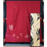 ☆深い色合いの洋紅地に花の刺繍が施された振袖と、黒地に金銀の扇や紐の模様が織り込まれた袋帯のセットで...