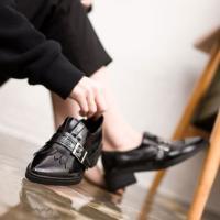 ベルト装飾とポインテッドトゥがシックなローファー。 フラットのしっかりした靴底で歩きやすく、どんなコ...