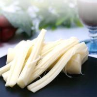 ストリングタイプですので、さいて食べたり、輪切りにしたり。ミルクの風味を感じるさけるチーズは、おつま...