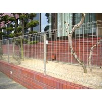 シャープでシンプル、軽量タイプのフェンスです。  自在柱方式で簡単取り付け  別売の自在柱と組合せて...