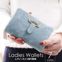 マットな質感とジュエリーのようなタッセルチャームがトレンド感溢れる二つ折り財布。カード類の収納に便利...