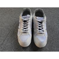つま先と靴底の通気孔により快適性の高い体育館シューズです。環境負荷低減型商品(リサイクルPET素材使...