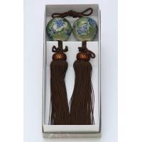 掛軸小物。茶人にこよなく愛された織部焼の風鎮です。 織部焼きの特長である深い緑色に一年の象徴でもある...