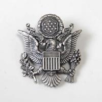 アメリカ軍本物アーミーロゴバッジ  ベレー帽用バッジですが ジャケットや シャツの胸に付けれる事も出...